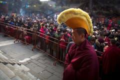 Ein Priester mit spezieller Kopfbedeckung. (Bild: Keystone)