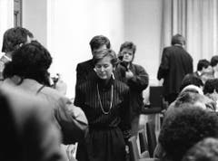 Am 12. Dezember 1988 gibt Elisabeth Kopp ihren Rücktritt per Ende Februar 1989 bekannt. Kopp hatte ihren Mann in einem Telefonat davor gewarnt, dass gegen eine Firma, in der er im Verwaltungsrat sass, wegen Geldwäsche ermittelt wird. (Bild: Keystone)