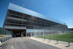 Nach zweieinhalb Jahren Bauzeit hat die Stadt Biel die Schlüssel für die neuen Sportstadien übernommen. Sie ist nun Hausherrin eines Eis- und eines Fussballstadions und einer Curlinghalle. (Bild: Keystone / Peter Schneider)