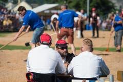 Sie besprechen sich, während im Hintergrund der Platz vorbereitet wird. (Bild: Pius Amrein)