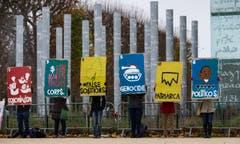 Und noch mehr Plakatträger: Überall steht auf der Rückseite «Klima» drauf – im übertragenen Sinne natürlich. (Bild: EPA / Ian Langsdon)