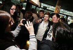 EVZ-Youngster Lino Martschini lässt sich mit Fans fotografieren. (Bild: Stefan Kaiser / Neue ZZ)