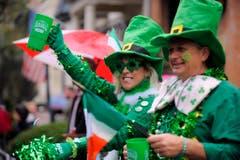Überall grüner Klee: Ein Ehepaar hat sich für die Parade in Savannah passend gekleidet. (Bild: Keystone)