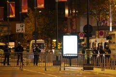 Polizisten riegeln das Gelände rund um das Stade de France ab. (Bild: AP/Michel Euler)