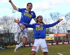 Gerardo Seoane (links) und Hakan Yakin bejubeln das Tor zum 1:0 gegen Aarau. (Bild: Philipp Schmidli)