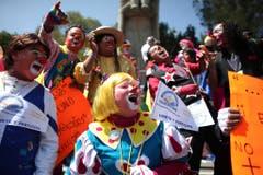 """Professionelle Clowns lachen während 15 Minuten an der Veranstaltung """"Clowns für den Frieden, eine Welt ohne Gewalt"""", am 19. Oktober 2011 in Mexiko. (Bild: Keystone)"""