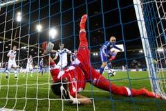 Luzerns Marco Schneuwly erzielt das 2:1 gegen Luganos Francesco Russo. (Bild: Philipp Schmidli)