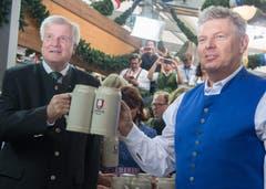 Nun ist das Oktoberfest eröffnet: Bürgermeister von München Dieter Reiter und der Ministerpräsident von Bayern Horst Seehofer (links) stossen an. (Bild: Keystone / Peter Kneffel)