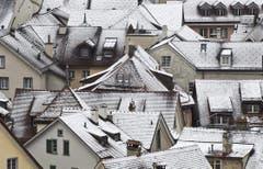 Eine dünne Schneeschicht überzieht am Ostersonntag die Dächer der Altstadt von Chur. (Bild: Keystone)