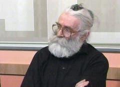 13 Jahre lang tauchte Radovan Karadzic unter. Er lebte unbehelligt in einem Belgrader Vorort. Das Bild zeigt ihn bei einem TV-Auftritt als Teilnehmer einer Konferenz, die von einem Gesundheitsmagazin gesponsert wurde. (Bild: AP Photo/Kikinda Television via APTN)