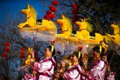 Zum Jahr des Pferdes präsentiert eine Tanzgruppe eine farbenfrohe Vorführung. (Bild: Keystone)