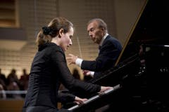 Claudio Abbado dirigiert das Lucerne Festival Orchestra mit der Pianistin Hélène Grimaud. (Bild: pd)