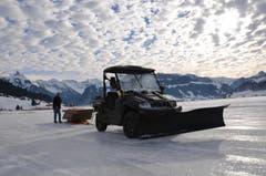 Die notwendige Zeit zum Aufbau und Herrichten der Eisfläche nimmt etwa 500 Stunden in Anspruch (Bild: Charly Keiser / Neue SZ)