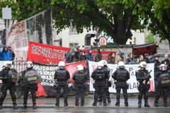 Polizeipräsenz am traditionellen 1. Mai-Umzug am Tag der Arbeit, in Zürich. (Bild: KEYSTONE/Ennio Leanza)