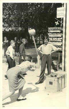 Josef Zanolla junior mit dem «Hau den Lukas» an der Landi 1939. (Bild: Privatarchiv der Familie Zanolla)