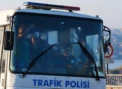Der Bus versucht durch Istanbul durchzukommen, wird jedoch von einer wütenden Menschenmenge blockiert. (Bild: AP Photo/Emrah Gurel)