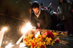 Ein Mann trauert vor dem französischen Konsulat in Montreal. (Bild: AP/Graham Hughes)