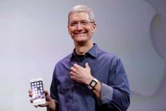 Platz 4: iPhone 6S. Auf dem Bild: Apple-CEO Tim Cock mit dem Mobile-Gerät. (Bild: AP / Marcio Jose Sanchez)