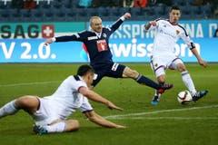 Luzerns Marco Schneuwly (mitte) gegen Basels Marek Suchy (links) und Fabian Schär. (Bild: Philipp Schmidli)