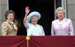 Eine Aufnahme vom August 2000. Links Prinzessin Margaret, in der Mitte «The Queen Mother» und rechts Elisabeth II. auf dem Balkon des Buckingham Palastes in London. (Bild: Keystone)