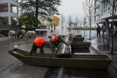 Zivilschuetzer bereiten am Dienstag wegen drohendem Hochwasser in Locarno Fussgänger-Passerellen vor. (Bild: Keystone)