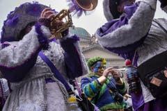 Die versammelten Guggenmusiken veranstalten das traditionelle Monsterkonzert auf dem Bundesplatz vor der Nationalbank am Schluss des grossen Umzugs der Berner Fasnacht. (Bild: ALESSANDRO DELLA VALLE)