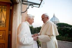 Das gibt es erst seit der Wahl von Franziskus: Zwei Päpste, der zurückgetretene Benedikt und sein Nachfolger, gleichzeitig auf einem Bild. (Bild: Keystone)