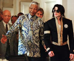 Nelson Mandela und Michael Jackson in Kapstadt im März 1999. (Bild: Keystone)