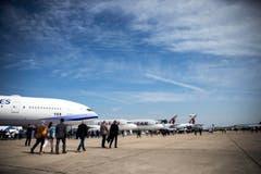 Besucher laufen um die ausgestellten Flugzeuge auf dem Flugfeld des Le Bourget Flugplatzes. (Bild: ETIENNE LAURENT)