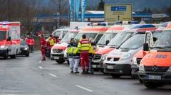 Zahlreiche Rettungsfahrzeuge stehen bereit, um die Verletzten in ein Spital zu fahren. (Bild: EPA/Sven Hoppe)