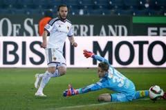 Basels Shkelzen Gashi (links) erzielt das 3:0 gegen Luzerns Jonas Omlin (Bild: Philipp Schmidli)