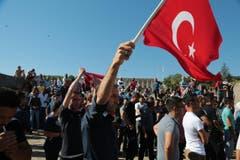 Menschen protestierten auch ausserhalb des Parlaments in Ankara. (Bild: AP Photo/Burhan Ozbilici)