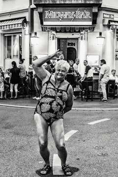 Helmut Wachter - 2. Platz Kategorie «Reportagen»: Die internationalste Kreuzung in Zurich: Dort, wo sich die Rolandstrasse und die Zinistrasse im Kreis 4 treffen, ist Zurich eine Weltstadt. In der Midway-Bar treffen sich die Thailänderinnen und die Schweizer, die lieber in Phuket wären, im Biondi die alten Italiener. Und beim Coiffeur nebenan die Zentralafrikaner. (Bild: Swiss Press Photo / Helmut Wachter)