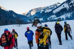 Retter werden im Super-Puma der Schweizer Luftwaffe zum Einsatzort gebracht. (Bild: Roger Grütter / Neue LZ)
