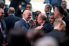 Gianni Infantino of Switzerland , the new FIFA President, gets congratulations by delegates after his election during the Extraordinary FIFA Congress 2016 in Zurich, Switzerland, Friday, Feb.26, 2016. Gianni Infantino of Switzerland is the new FIFA president after winning a second-round vote. Infantino got 115 of the 207 eligible votes to take a decisive majority ahead of Sheikh Salman of Bahrain. (Ennio Leanza/ Keystone via AP) (Bild: Ennio Leanza)