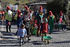 Mit Zipfelmütze und roten Backen machten sich die kleine und grossen Zwerge auf den Weg. (Bild: Birgit Scheidegger (OZ))
