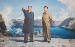 Ein Wandbild von Kim Jong Il und Kim Jong Un. (Bild: Martin von den Driesch)