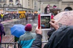 Ein Zuschauer filmt den grossen Umzug der Berner Fasnacht mit seinem iPad. (Bild: ALESSANDRO DELLA VALLE)