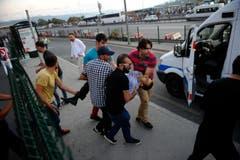 Ein Mann wurde bei den Gefechten zwischen dem Militär und der Polizei in Istanbul verletzt. (Bild: Ismail Coskun/IHA via AP))