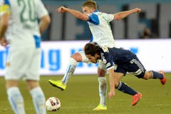Luzerns Jahmir Hyka fällt im Duell mit GCs Yoric Ravet (hinten). (Bild: Keystone)