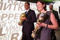 Der Brasilianer Cafu und die Deutsche Renate Lingor bringen am Donnerstag die Pokale ins Museum. (Bild: Keystone / Ennio Leanza)