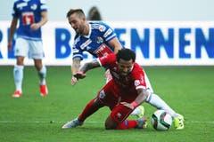 Luzerns Jakob Jantscher (oben) gegen Sions Carlitos. (Bild: Philipp Schmidli)