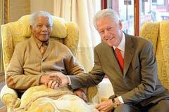 Der ehemalige US-Präsident Bill Clinton zu Besuch bei Nelson Mandela im Juli 2012. (Bild: Keystone)