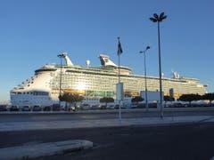 Kreuzfahrtschiff im Hafen von Lissabon, in der Nähe des Bahnhofs. (Bild: Josef Habermacher)