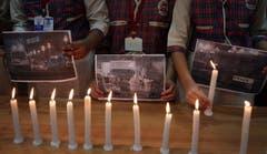 Studenten der DAV Schule im indischen Amritsar zünden Kerzen an. (Bild: EPA/Raminder Pal Singh)