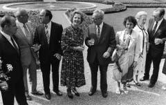 Zum Lunch beim Bundesrat in Kehrsatz: Margaret Thatcher mit Jean-Pascal Delamuraz, Ehemann Denis Thatcher, Kurt Furgler und Pierre Aubert (v.l., 1984). (Bild: Keystone)