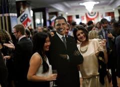 Leute posieren mit einer Pappfigur von Barack Obama. (Bild: Keystone)