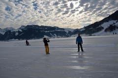 Unter dem Eis hat es nur ganz wenig Wasser, darum gefriert es auf dem Sihlsee schneller als anderswo. (Bild: Charly Keiser / Neue SZ)