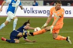 Luzerns Jahmir Hyka (links) verpasst ein Tor gegen GC-Torhüter Vaso Vasic. (Bild: Keystone)