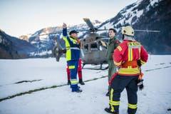 Besprechung der Einsatzkräfte nach der Übung. (Bild: Roger Grütter / Neue LZ)